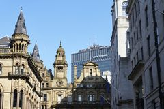 Manchester, Reino Unido - 10 de mayo de 2017: Poner en contraste edificios viejos y nuevos en el centro de Manchester City Imágenes de archivo libres de regalías