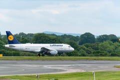 MANCHESTER REINO UNIDO, EL 30 DE MAYO DE 2019: Vuelo LH939 de Lufthansa Airbus A319 a los taxis de Francfort sobre la pista 28L e foto de archivo