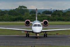 MANCHESTER UK, 30 MAJ 2019: Det Loganair Embraer ERJ-145EP flyget LM595 fr?n Inverness v?nder av landningsbanan 28R p? den Manche fotografering för bildbyråer
