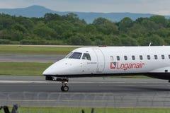 MANCHESTER UK, 30 MAJ 2019: Det Loganair Embraer ERJ-145EP flyget LM595 fr?n Inverness v?nder av landningsbanan 28R p? den Manche arkivbild
