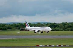 MANCHESTER UK, 30 MAJ 2019: Flyg AF1068 f?r Air France flygbuss A320 fr?n Paris l?nder p? landningsbanan 28R p? den Manchester fl fotografering för bildbyråer