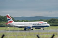 MANCHESTER UK, 30 MAJ 2019: Flyg BA1394 f?r British Airways flygbuss A320 fr?n London Heathrow l?nder p? landningsbanan 28R p? Ma royaltyfria bilder