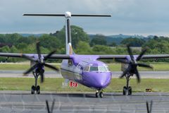MANCHESTER UK, 30 MAJ 2019: Flyget BE664 f?r Flybe Bombardierstreck 8 fr?n knackning v?nder av landningsbanan 23R p? den Manchaes royaltyfri bild