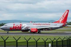 MANCHESTER UK, 30 MAJ 2019: Flyget LS902 f?r Jet2 Boeing 737 fr?n Almeria v?nder av landningsbanan 28R p? den Manchester flygplat royaltyfria bilder