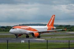 MANCHESTER UK, 30 MAJ 2019: Flyget U21950 f?r den Easyjet flygbussen A320 fr?n Gen?ve v?nder av landningsbanan 28R p? den Manches royaltyfria foton