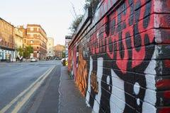 Manchester UK - 10 Maj 2017: Grafitti på väggen i den Manchester gatan Royaltyfri Fotografi