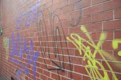 Manchester UK - 10 Maj 2017: Grafitti på väggen i den Manchester gatan Royaltyfri Foto