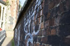 Manchester UK - 10 Maj 2017: Grafitti på väggen i den Manchester gatan Arkivbilder
