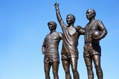 Manchester UK - 4 Maj 2017: Staty av spelare utanför Manchester Unitedfotbollsarena arkivbilder