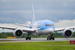 MANCHESTER UK, 30 MAJ 2019: TUI Boeing 787-8 Dreamliner flyg BY2429 fr?n Dubrovnik taxi av landningsbanan 23R p? den Manchaester  arkivfoton