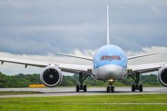 MANCHESTER UK, 30 MAJ 2019: TUI Boeing 787-8 Dreamliner flyg BY2429 fr?n Dubrovnik taxi av landningsbanan 23R p? den Manchaester  royaltyfria bilder