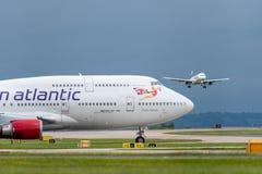 MANCHESTER UK, 30 MAJ 2019: Virgin Atlantic Boeing 747 n?tta kvinnav?ntningar p? f?rkl?det f?r det Thomas Cook Airlines flyget MT arkivbilder
