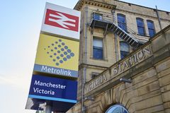 Manchester UK - 4 Maj 2017: Yttersida av Victoria Train And Metro Station i Manchester Royaltyfria Foton