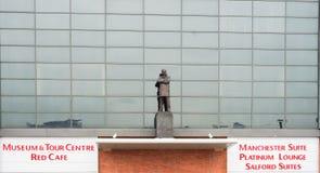 Manchester UK - mars 4, 2018: Sir Alex Ferguson Statue framme av den Old Trafford stadion, hemmet av Manchester United royaltyfria foton