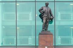 Manchester UK - mars 4, 2018: Sir Matt Busby Statue framme royaltyfri fotografi