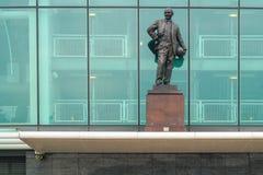 Manchester UK - mars 4, 2018: Sir Matt Busby Statue framme arkivbild