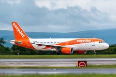 MANCHESTER UK, 30 MAY 2019: Easyjet Airbus A320 flight U21912 from Palma de Mallorca lands on runway 23R at Manchaester Airport.  royalty free stock photos
