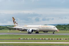 MANCHESTER UK, 30 MAY 2019: Etihad Boeing 787 Dreamliner flight EY21 from Abu Dhabi lands on runway 23R at Manchaester Airport.  royalty free stock photos
