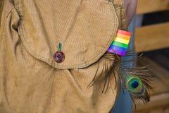 Manchesterbagpack med en glad regnbågeflagga Royaltyfria Bilder