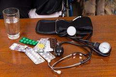 Manchette de tension artérielle sur le Tableau avec des médicaments Photographie stock