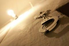 Manchetten op gevangenismuur Stock Fotografie