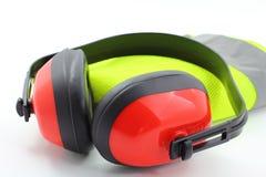 Manchons d'oreille avec le gilet r3fléchissant de sécurité photos stock