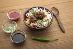 Manchurian με το μαγειρευμένο ρύζι σε ένα κύπελλο Στοκ Εικόνες