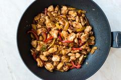 Manchurian цыпленок с соевым соусом, овощами Julienne в лотке вка утюга/азиатском варить стиля стоковое изображение rf