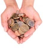 Manciata con le monete nella palma delle mani Fotografia Stock