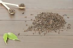 Manciata di foglie di tè nere Fotografia Stock Libera da Diritti