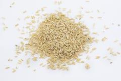 Manciata di grani del riso sbramato su un fondo bianco fotografia stock