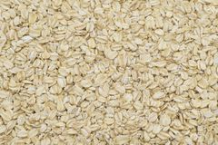 Manciata di grani del riso sbramato su un fondo bianco immagini stock libere da diritti