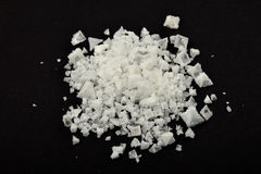 Manciata di sale marino cipriota bianco della piramide sul nero Fotografia Stock