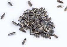 Manciata di semi di girasole sparsi su un fondo bianco fotografie stock