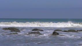 Mancora-Strand in Peru an einem sonnigen Tag stock video footage