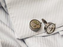 Mancuernas en la manga blanca de las camisas imagen de archivo