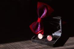 Mancuernas rojas y bowtie rojo fotos de archivo