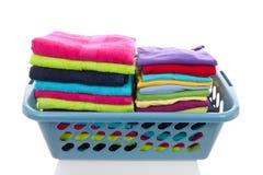 Mand die met kleurrijke gevouwen wasserij wordt gevuld Stock Foto's