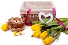 Mand met bloemen en eieren van kippen Stock Afbeelding