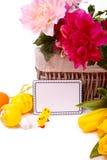 Mand met bloemen en eieren van kippen Stock Afbeeldingen