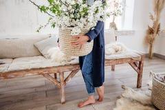 Mand met bloemen in handen stock fotografie