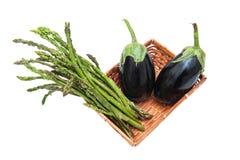 Mand met bos van geïsoleerde asperge en aubergines Royalty-vrije Stock Foto