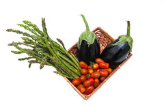 Mand met bos van geïsoleerde asperge, tomaat en aubergines Royalty-vrije Stock Foto's