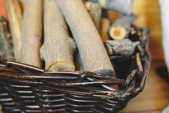 Mand met brandhout op de vloer in dorpshuis royalty-vrije stock foto's