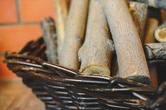 Mand met brandhout op de vloer in dorpshuis royalty-vrije stock foto