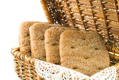 Mand met brood voor picknick stock afbeeldingen