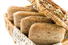 Mand met brood voor picknick stock foto's
