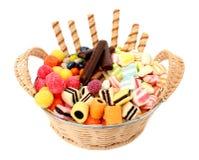Mand met diverse snoepjes en de geïsoleerdes koekjes, Stock Afbeeldingen