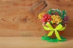 Mand met document bloemen, de Lente DIY stock foto