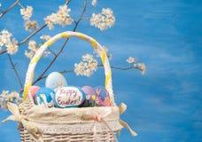 Mand met eieren en bloei Royalty-vrije Stock Foto's